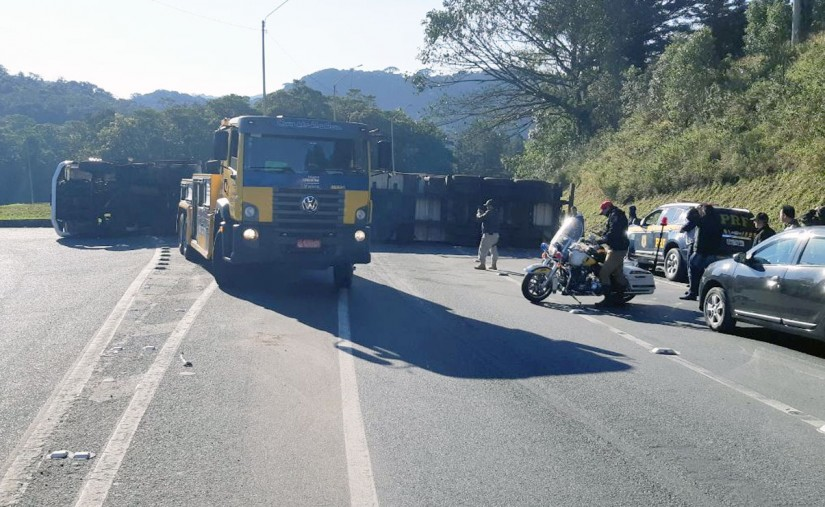 Caminhão na BR-376 em Guaratuba