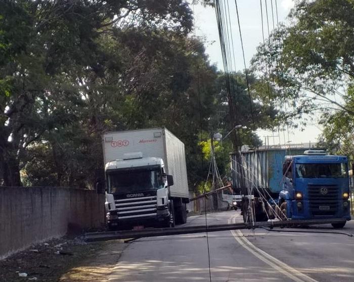 Caminhão enrosca em fiação na Cidade Industrial de Curitiba