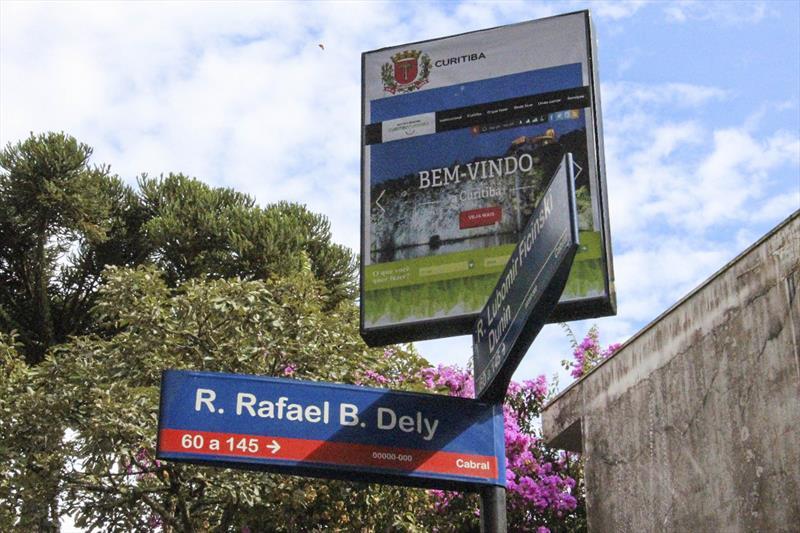 Placas de rua no Cabral