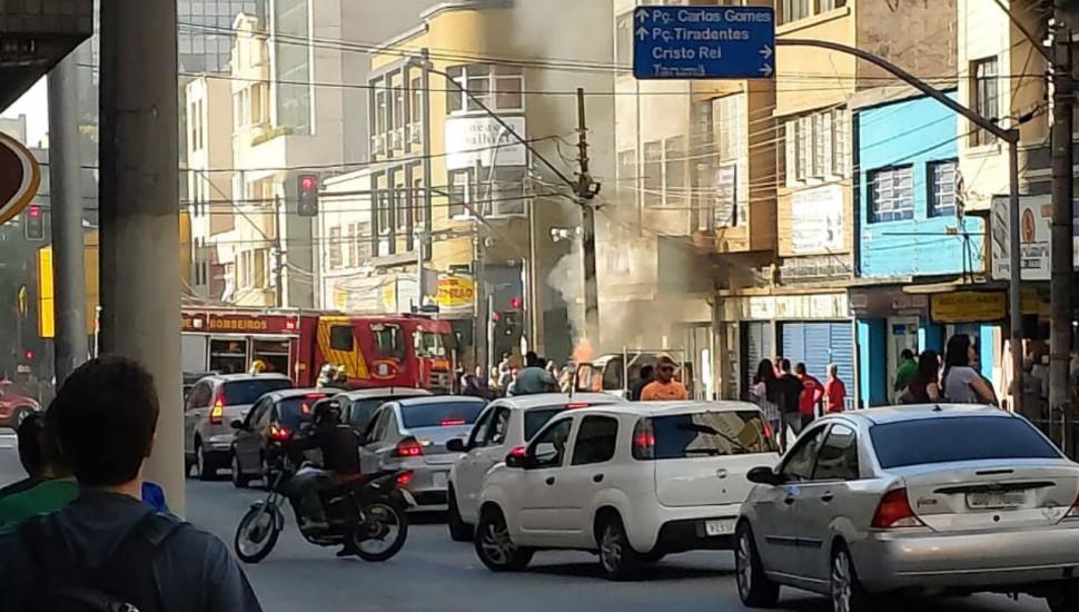 Caminhão pega fogo na região central