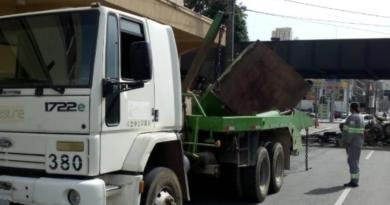Caminhão com Caçamba